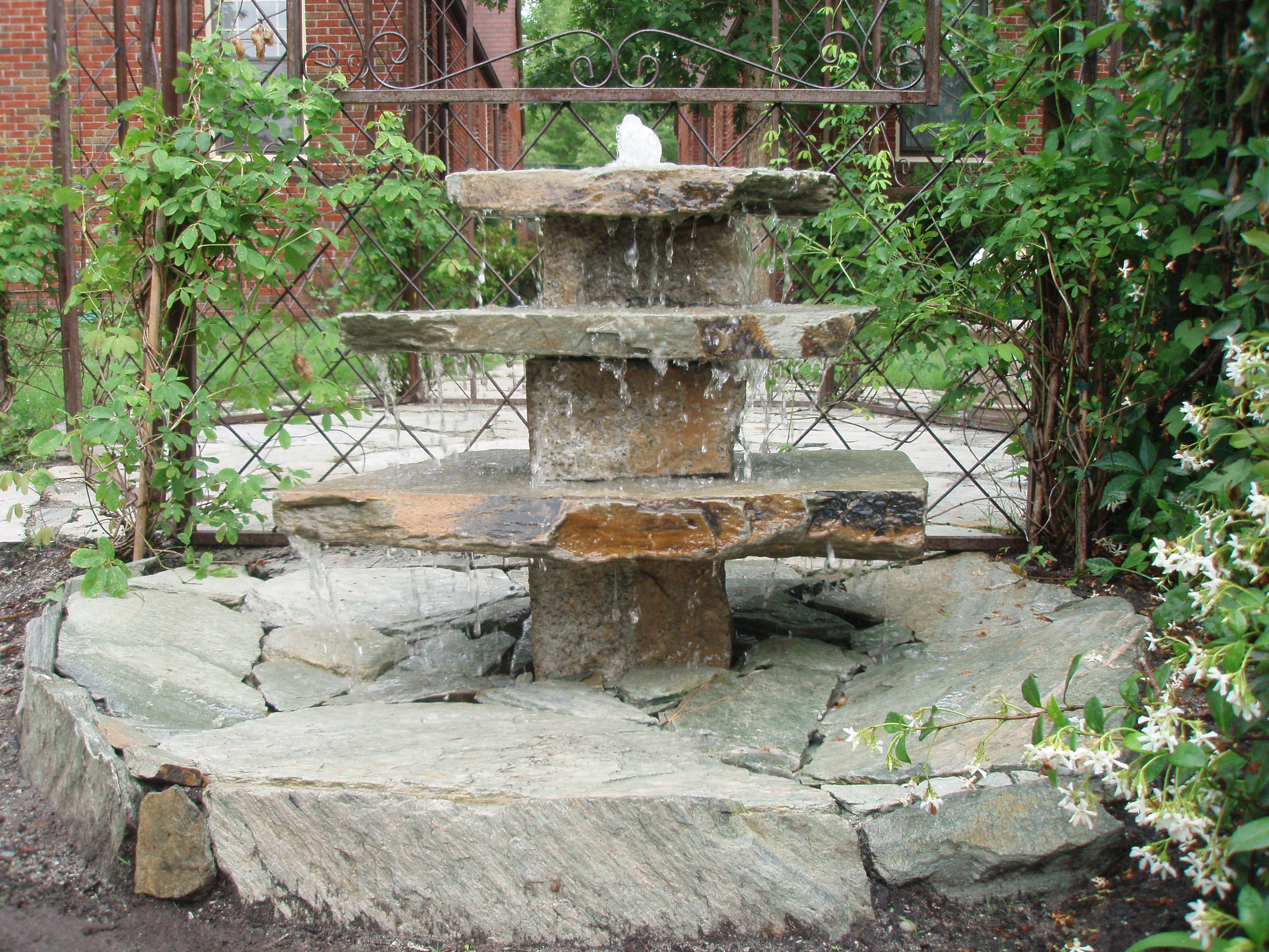 1000 images about water fountains falls features on for Cascadas para jardin piedra